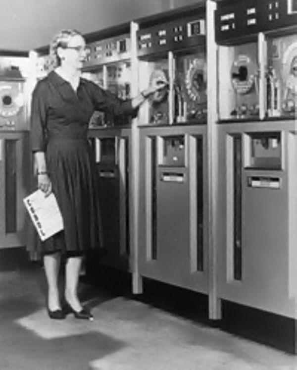 Грейс Хоппер назначена на службу по разработке языка программирования COBOL