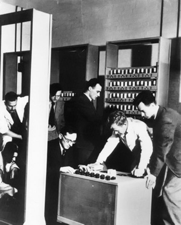 Британский компьютер EDSAC выполнил первый расчет