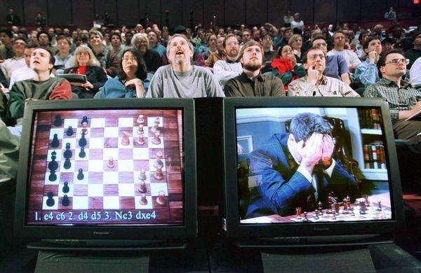 Компьютер IBM Deep Blue выиграл у чемпиона мира по шахматам Гарри Каспарова