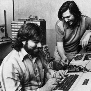 Начались поставки компьютера Apple II