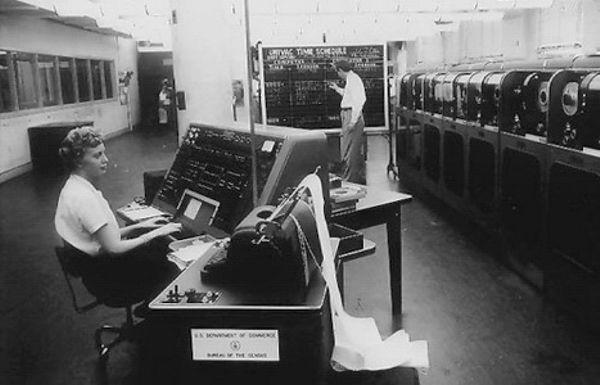 Бюро Переписей США запустило компьютер UNIVAC I