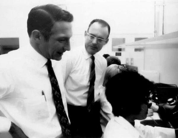 Роберт Нойс получил патент на интегральную микросхему