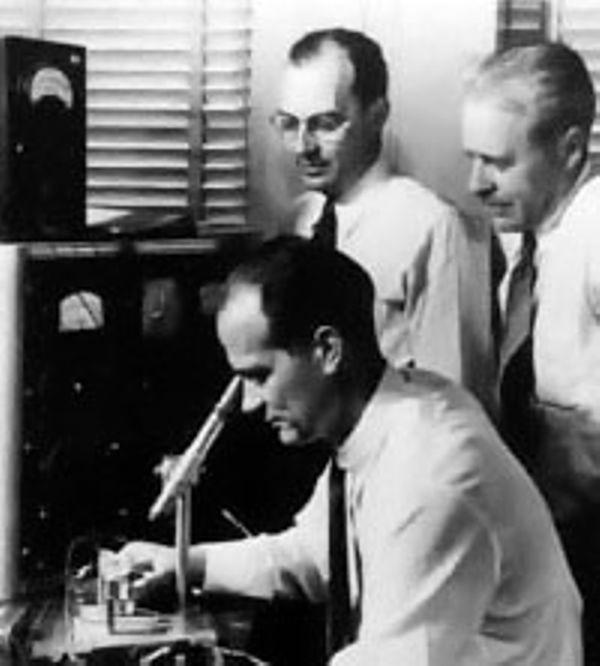 Уильям Шокли впервые задумывается о точечном транзисторе